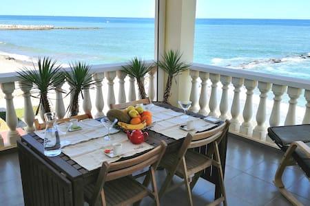 Apartamento en la primera línea de la playa +WiFi