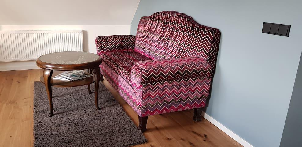 Dieses urige, alte, farbenfrohe Sofa lädt zum Ausruhen ein. Mit dem guten alten Stück muss man vorsichtig umgehen, es ist von unseren Vorfahren und soll allen noch lange Freude bereiten.