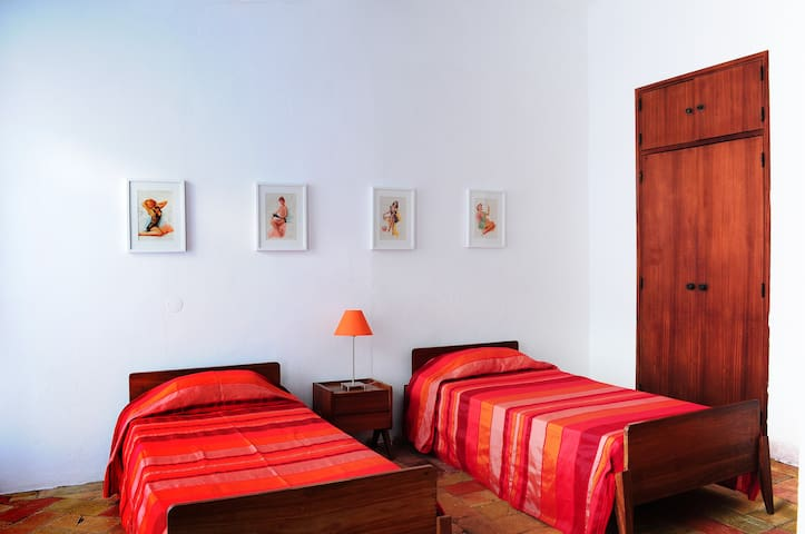 """Orange"" Twin single bedroom with swimming pool"