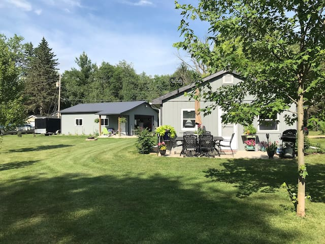 Cozy Lake Cottage-free access to boat launch/pier