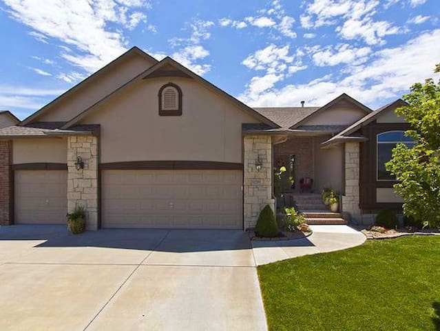 4 bedroom, 2500 sq ft  home in E Wichita