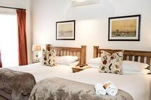 Deluxe 4 Sleeper Room (2 Double Beds) photo 2