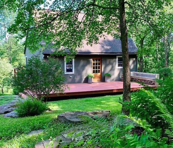 Mountain Thyme Cottage + Hot Tub