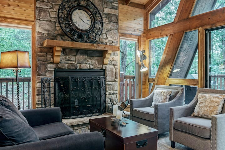 Timberline Cottage by Sarah Bernard Chalets, Beautiful Private Dock and Treehouse!