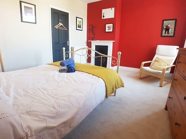 Cosy ensuite bedroom close to train & city