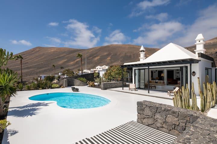 Villa de lujo con piscina, vistas panorámicas, terraza con jardín, aire acondicionado y Wi-Fi