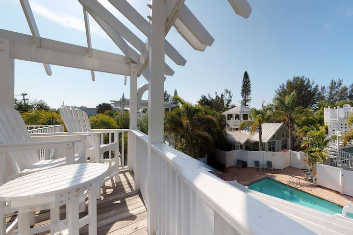 Sunny condo w/ private patio & shared heated pool - one block to the beach!