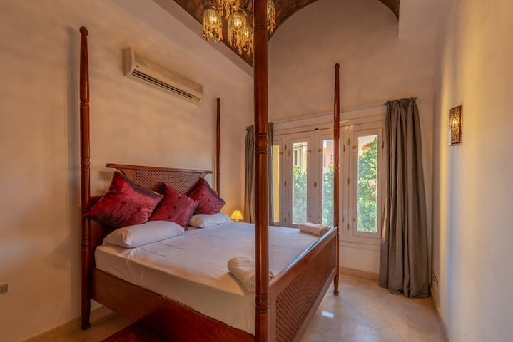 Oriental style - queen size bed for 2 guests
