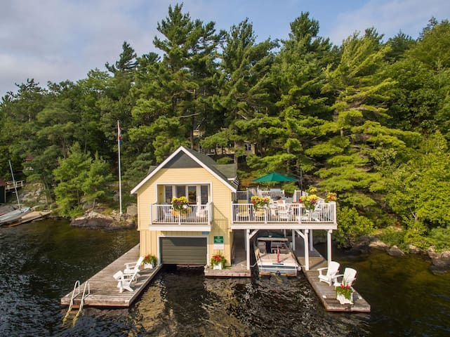 Belleview Keewaydin Island~Perfectly restored Cottage, Boathouse & Bunkie