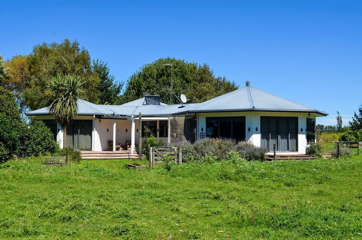Modern rural  home 1km from SH1.