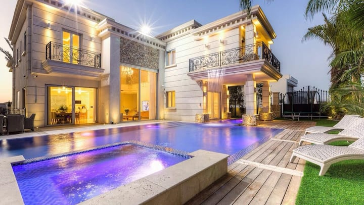 Amazing Luxury Villa with Private Cinema and Pool