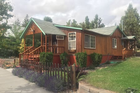 Maupin antique cabin right 'downtown' - Maupin