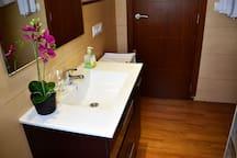 baño completo con ducha planta superior