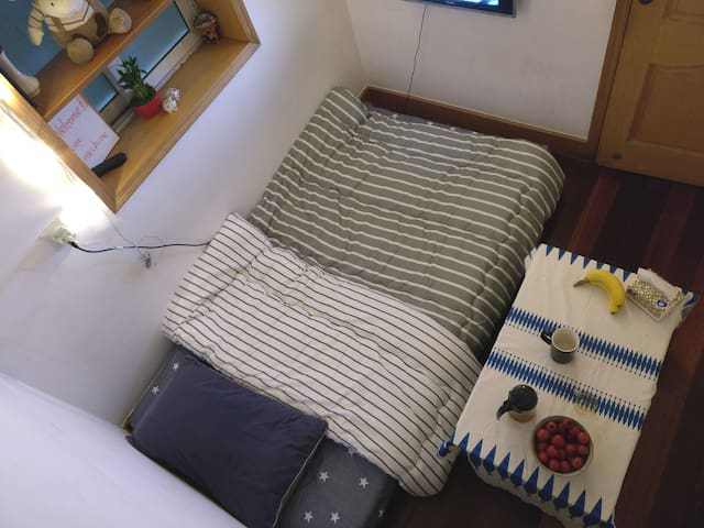 床宽一米二,长一米九 The bed is 1.2m wide,1.9m long.