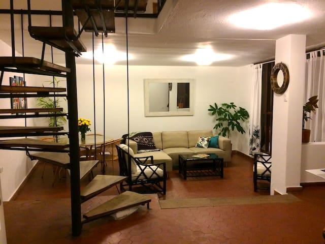 Room in La Floresta Quito's barrio that has it all - Quito - Lägenhet