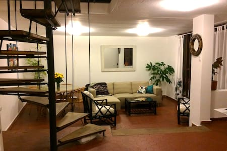 Room in La Floresta Quito's barrio that has it all - Quito - Pis