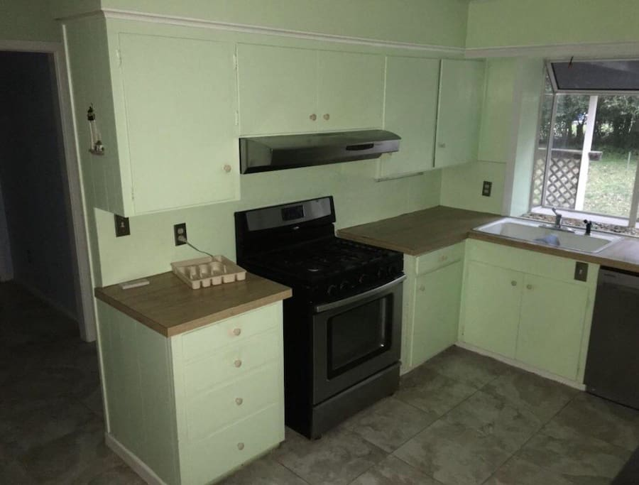 Kitchen. Use of stove, microwave, dishwasher and refrigerator