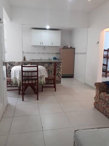 Apartamento amplo 2 quartos na quadra da praia