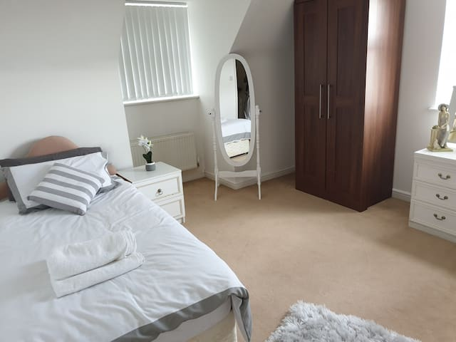 ** Comfy Twin Single Bedroom **