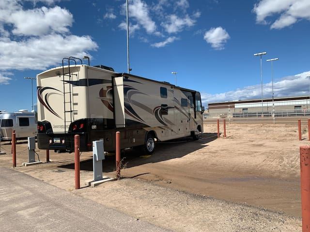 38' motorhome w/ King bed & 2 bathrooms @Westworld