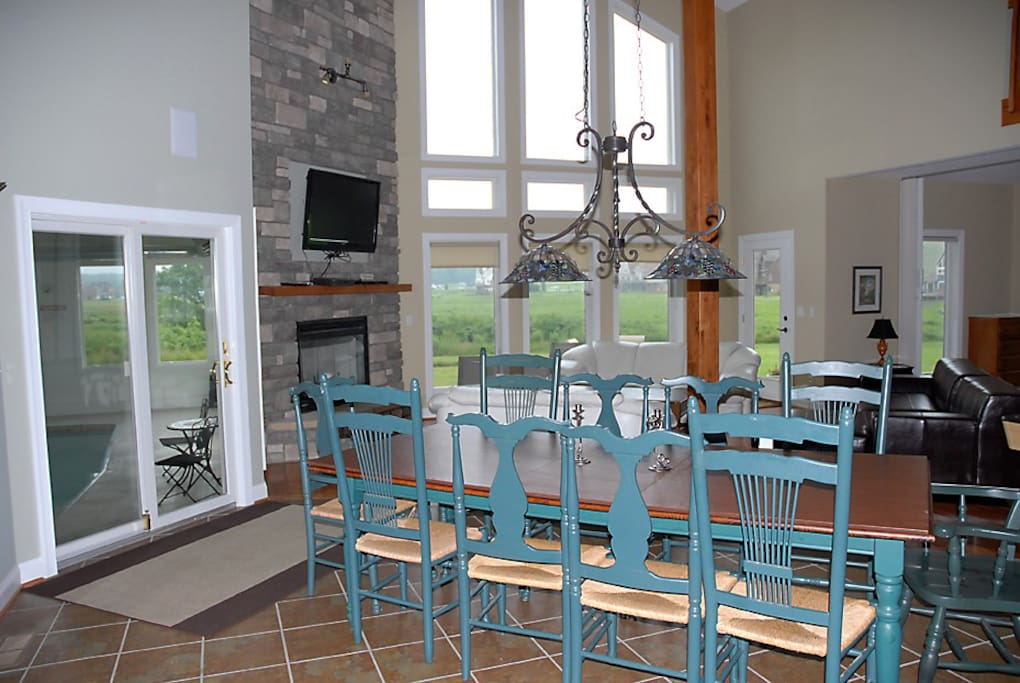Dining area in front of the swimming pool