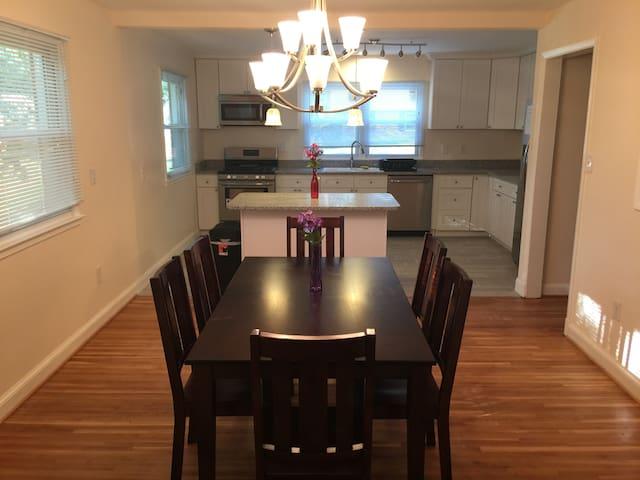 3 bedroom, granite top kitchen steps to Nat Harbor