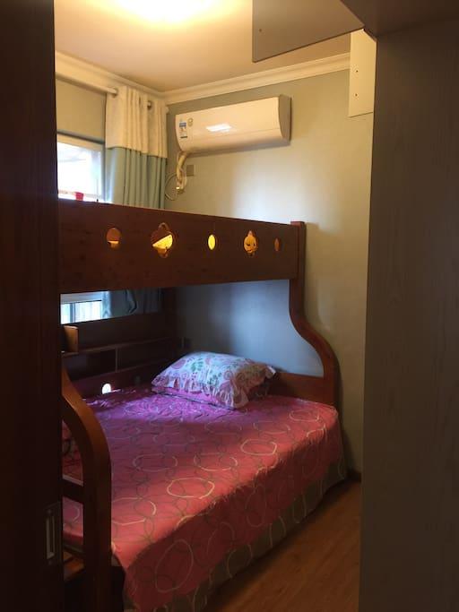 温馨的上下床,下床也有1.5米哦,上床1.35米