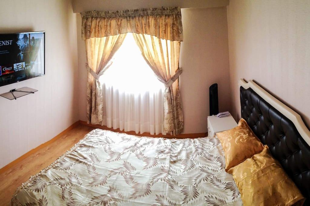 Dormitorio principal con cama matrimonial, TV smart tv con acceso a Netflix, walking clóset y baño privado.
