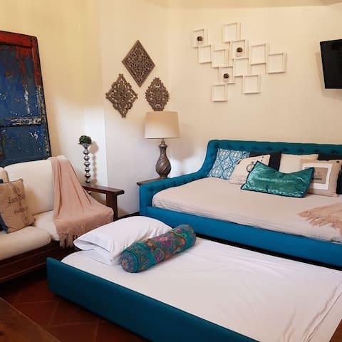 En el salón para dormir, un sofá cama, con colchones de cama matrimonial y una cama imperial, sumamente confortables.
