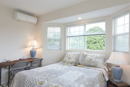 Fantastic Bedroom with Queen Bed, AC, Walk to UH - Casa