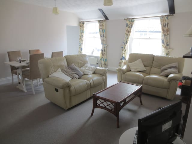 Spacious and light 2 bedroom apartment