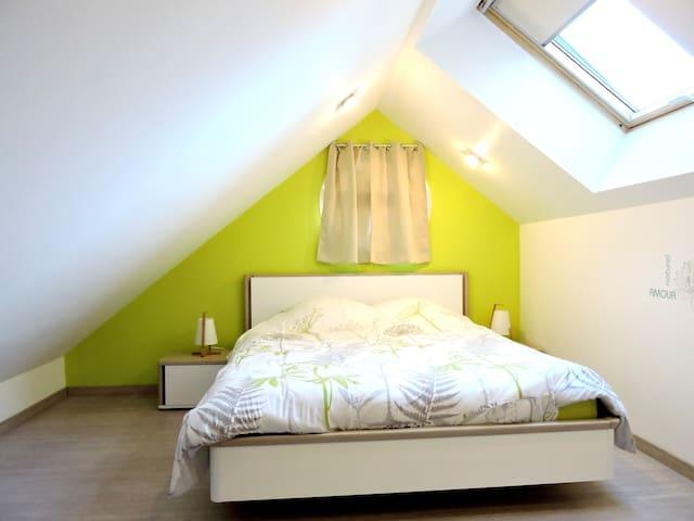 Chambre spacieuse à l'étage avec 1 lit en 160