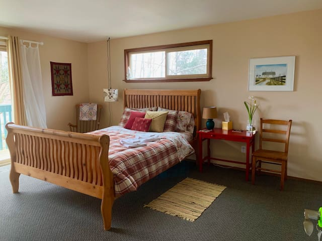 Star House Sunrise Room- in town Langley w/B-fast!