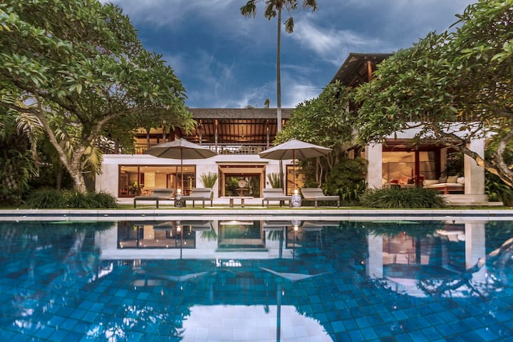 The house was designed and built by the same people that created the Four Seasons Hotel in Jimbaran, offering exceptional standards of quality in terms of architecture and landscape design.