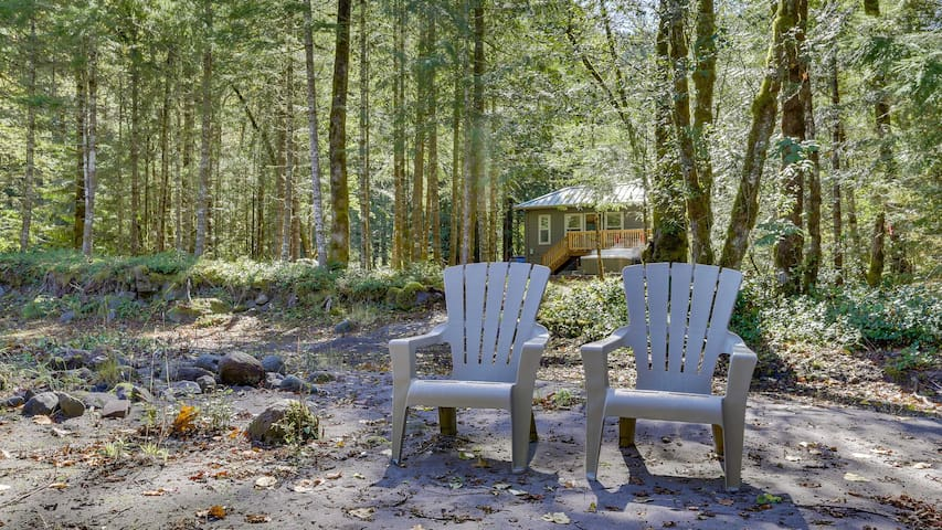 Serene Leilani Cottage along the Sandy River, hot tub, dogs welcome