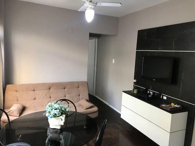Sala e cozinha integra, tv a cabo, wi-fi, ventilador de teto e ar condicionado.