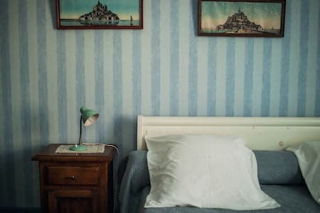 Chambre du Nord est une des chambres d'hôtes au Domaine du Meunier sur le port de Mortagne sur Gironde