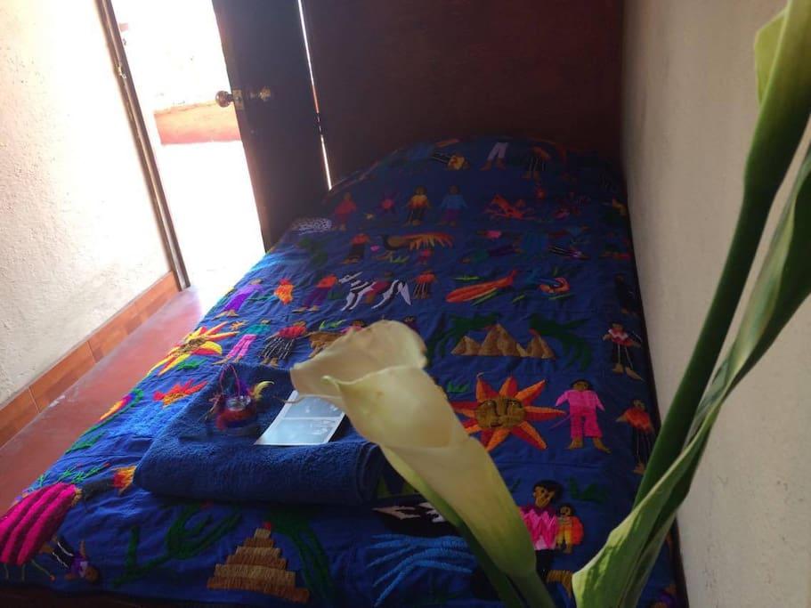 Flores, toalla y un recuerdito que siempre regalamos a nuestros húespedes.