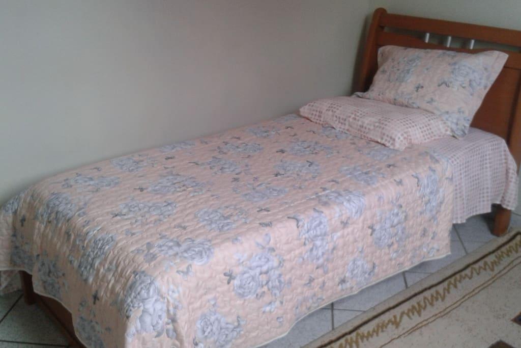 Uma das duas camas de solteiro