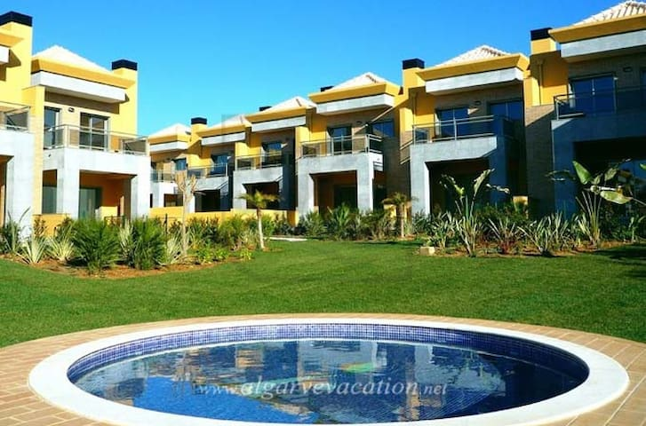 MODERN 3 BED VILLA WITH SWIMMING POOL, BBQ & WIFI - Ferreiras - Huis