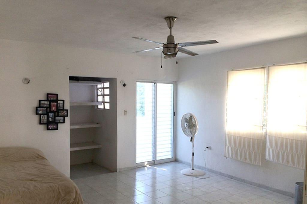 cuarto amplio con closet y baño.