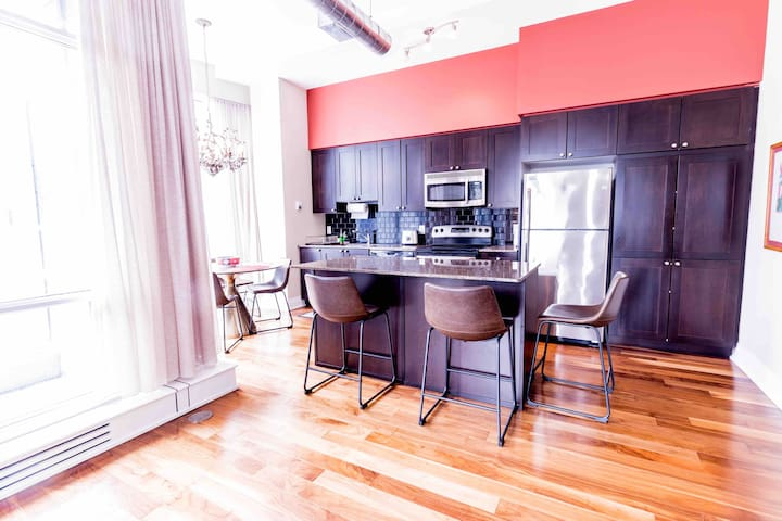 Spacious 2bed/2bath condo-Yonge & Eglinton