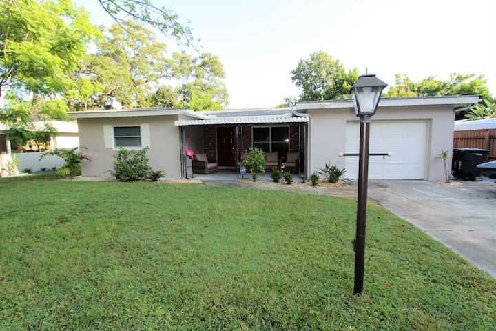 St. Pete Haven Private Home 3 Bedroom 1 1/2 bath