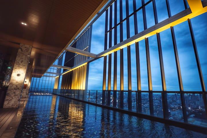 曼谷富人区  Park24 一房一厅 素坤逸中心 离开地铁600米 有短驳车 楼顶50泳池