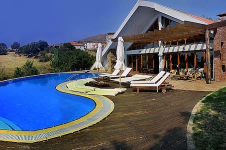 Μονοκατοικία με κήπο και πισίνα - Xirotopos
