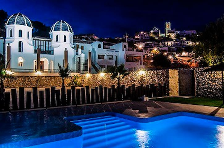 Private house with pool 200 meters from the beach