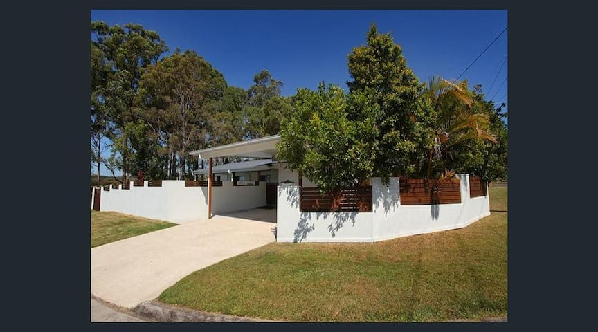Summer living in great Sunshine Coast location - Maroochydore - Hus