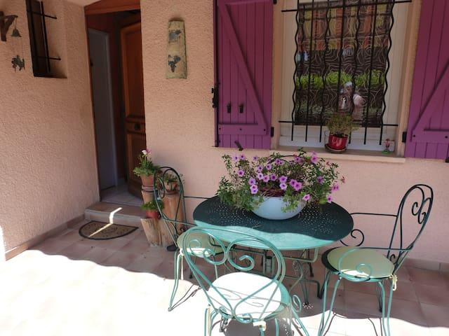 Maison style provençale dans un village vigneron