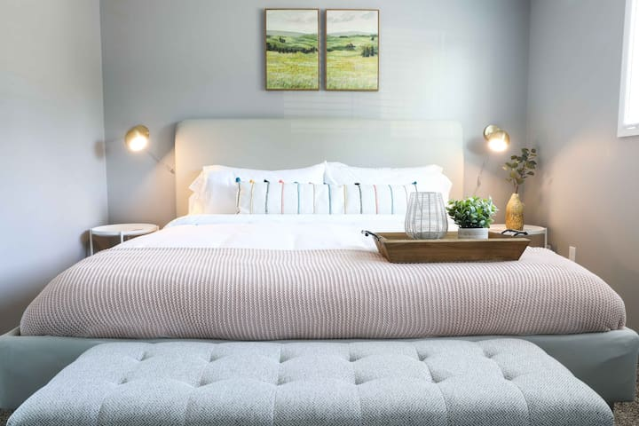 Modern, Cozy 1b apt w/ King Bed+Pool+Gym+Parking