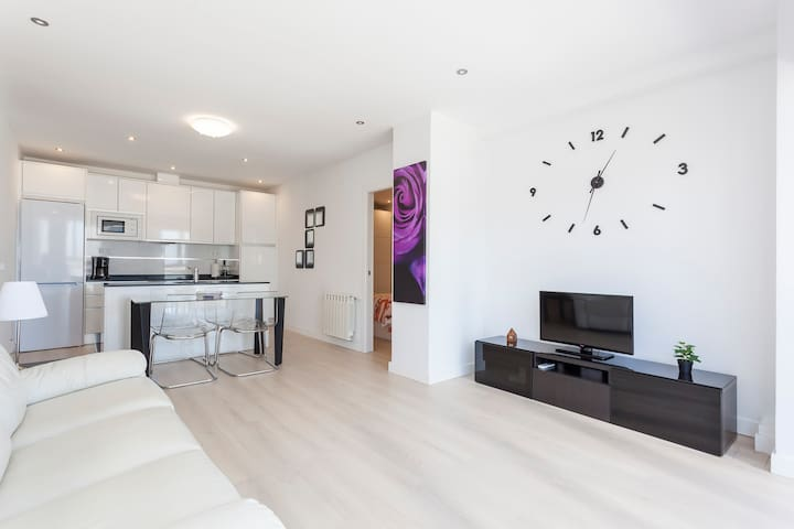 Cozy, 2 bed room apart in 4 towers Business Area